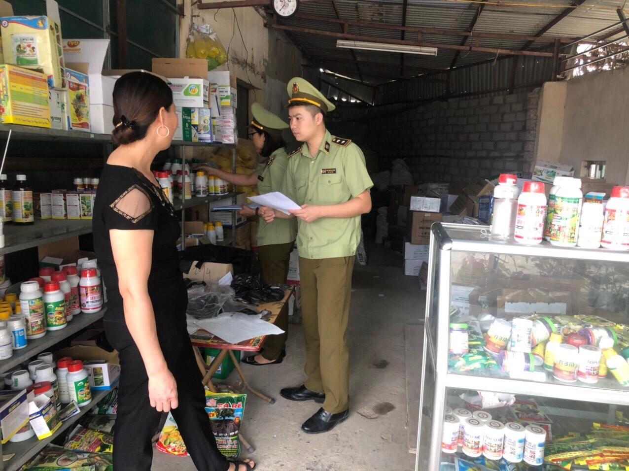 Đội QLTT số 2, Cục Quản lý thị trường tỉnh Hưng Yên tăng cường công tác kiểm tra, kiểm soát thị trường đối với các cơ sở kinh doanh mặt hàng vật tư nông nghiệp trên địa bàn